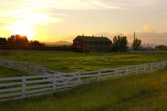 Landschaft-Zaun, der zu eine Ranch führt Stockbild