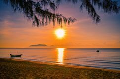 Landschaften des Sonnenuntergangs auf dem Strand mit buntem Himmel lizenzfreie stockfotos