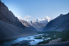 Landschaften von Indien-Land Berge während eines Sonnenuntergangs oder eines Sonnenaufgangs mit goldener Sonne Himalaja, der Ansi stockbild