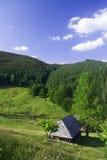 Landschafthaus in den Karpatenbergen lizenzfreies stockbild