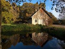 Landschafthaus durch einen kleinen See Lizenzfreie Stockfotos