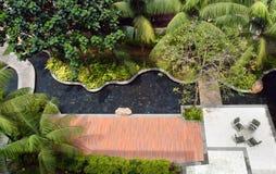 Landschaftlich gestaltenauslegung des Gartens und des Pools Stockfotografie