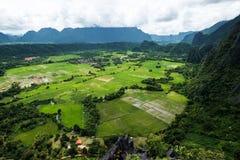 Landschaftlich gestaltete hohe Winkelsicht der Landschaft Vang Vieng in Laos Stockbild