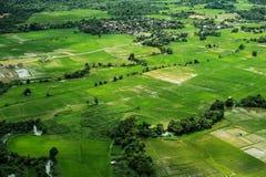 Landschaftlich gestaltete hohe Winkelsicht des Reisfeldes in der Landschaft Vang Vieng, Laos Lizenzfreies Stockbild