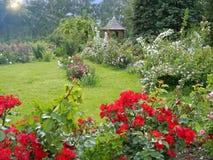 Landschaftlich gestalteter Blumengarten mit Gazebo Lizenzfreie Stockfotografie
