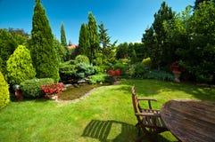 Landschaftlich gestalteter Garten im Sommer