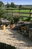 Landschaftlich gestalteter Garten mit Kies und Rockery Stockfotografie