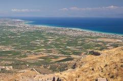 Landschaftlich verschönert vom Land, von der Küste und vom blauen Meer Lizenzfreie Stockfotografie