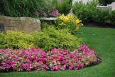 Landschaftlich verschönerter Blumengarten Lizenzfreies Stockbild