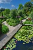 Landschaftlich verschönerter Garten und Teich Lizenzfreies Stockbild