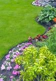 Landschaftlich verschönertes Yard und Garten stockbilder