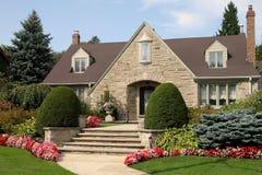 Landschaftlich verschönertes Haus Lizenzfreies Stockbild