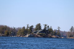 Landschaftliche Schönheit vom Meer mit Land und dem Ufer Lizenzfreie Stockbilder