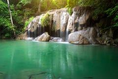 Landschafts-Huai Mae Kamin-Wasserfall Srinakarin-Verdammung in Kanchanaburi lizenzfreie stockfotografie