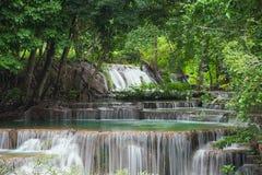 Landschafts-Huai Mae Kamin-Wasserfall Srinakarin-Verdammung in Kanchanaburi lizenzfreies stockbild