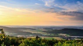 Landschafts-Sommer-Sonnenuntergang-Landschaft Stockfoto