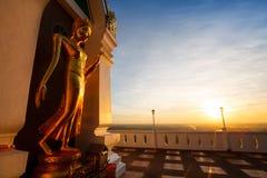 Landschafts-Sonnenuntergang mit stehendem Gold-Buddha-Bildnamen ist- Wat Sra Stockbild