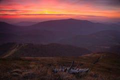 Landschaftsabend-Herbstberge bei Sonnenuntergang Ein Blick von der Spitze der Hügel Stockbild