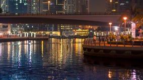 Landschaftsansicht über eine Brücke und eine Promenade Nachtszene im Duba stockfotos