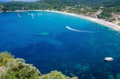 Landschaftsansicht über Ufererholungsort des blauen Wassers Lizenzfreies Stockbild
