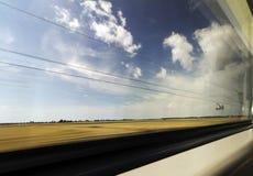 Landschaftsansicht in Bewegung im Fenster des sich schnell bewegenden Zugs Stockfoto