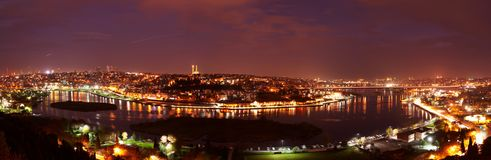 Landschaftsansicht der Nacht Istanbul, die Türkei Panoramischer Meerblick auf goldener Horn-Bucht Lizenzfreies Stockbild