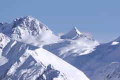 Landschaftsansicht des Schnees bedeckte Berge Lizenzfreies Stockfoto