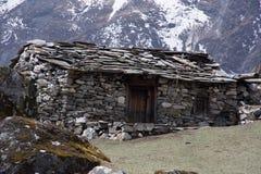 Landschaftsansicht des traditionellen ländlichen Steinhauses in Nepal lizenzfreies stockfoto