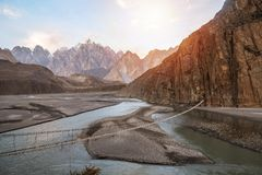 Landschaftsansicht hängender Brücke Hussaini über Hunza-Fluss, umgeben durch Berge pakistan stockfotos