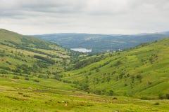 Landschaftsansicht Kirkstone-Durchlauf in Richtung zu Grasmere durch Kirkstone-Durchlauf-Inn See-Bezirk England Großbritannien Stockbild