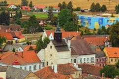 Landschaftsansicht von alten bunten Gebäuden mit roten Ziegeldächern in der mittelalterlichen Stadt Slavonice, Tschechische Repub lizenzfreies stockfoto