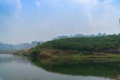 Landschaftsansicht von Bergen und von See lizenzfreie stockbilder