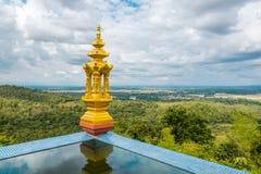 Landschaftsansicht von Lampang, Thailand mit goldener Skulptur stockfotografie