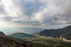 Landschaftsansicht von sch?nen gr?nen Bergen und von Bucht von Neapel vom Vulkan Vesuv, Italien stockfotografie
