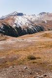 Landschaftsansicht von Schnee mit einer Kappe bedeckten Bergen am Unabhängigkeits-Durchlauf nahe Aspen, Colorado stockfotografie