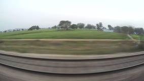 Landschaftsansicht während einer Zugfahrt durch Indien stock footage