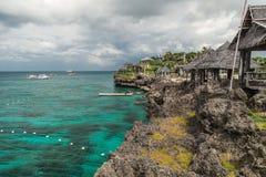Landschaftsazurblaues Meer und eine felsige Küste mit kleiner Insel tropische Häuser Crystal Coves nahe Boracay-Insel in lizenzfreies stockfoto