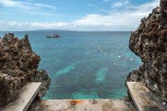 Landschaftsazurblaues Meer und eine kleine Insel felsige Küste Crystal Coves nahe Boracay-Insel in den Philippinen lizenzfreie stockbilder