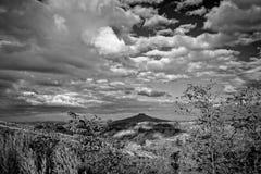 Landschaftsberge und blauer Himmel mit Wolken Stockbild