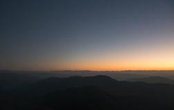Landschaftsbergsonnenaufgang mit nebeligem auf Myanmar Lizenzfreies Stockbild