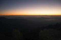 Landschaftsbergsonnenaufgang mit nebeligem auf Myanmar Stockbilder
