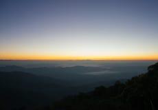 Landschaftsbergsonnenaufgang mit nebeligem auf Myanmar Lizenzfreie Stockbilder