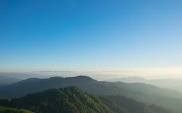 Landschaftsbergsonnenaufgang mit nebeligem auf Myanmar Stockfoto