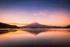 Landschaftsbild von Mt Fuji über See Kawaguchiko bei Sonnenaufgang in Fujikawaguchiko, Japan stockbild