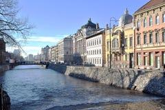 Landschaftsbild von Stadtflussbänken mit Gebäuden und von Brücke in der Ansicht Stockfotografie