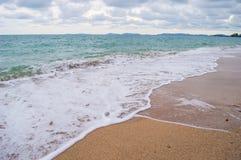 Landschaftsblaues Meer und -ozean haben Wellen auf Sand Lizenzfreies Stockfoto
