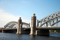 Landschaftsbrücke und der Fluss Stockbild