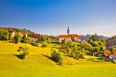Landschaftsdorf in der Slowenien-Frühjahransicht Stockbild