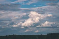Landschaftsfelder im Herbst - Weinleseeffekt Stockfotos