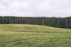 Landschaftsfelder im Herbst - Weinleseeffekt Stockfotografie